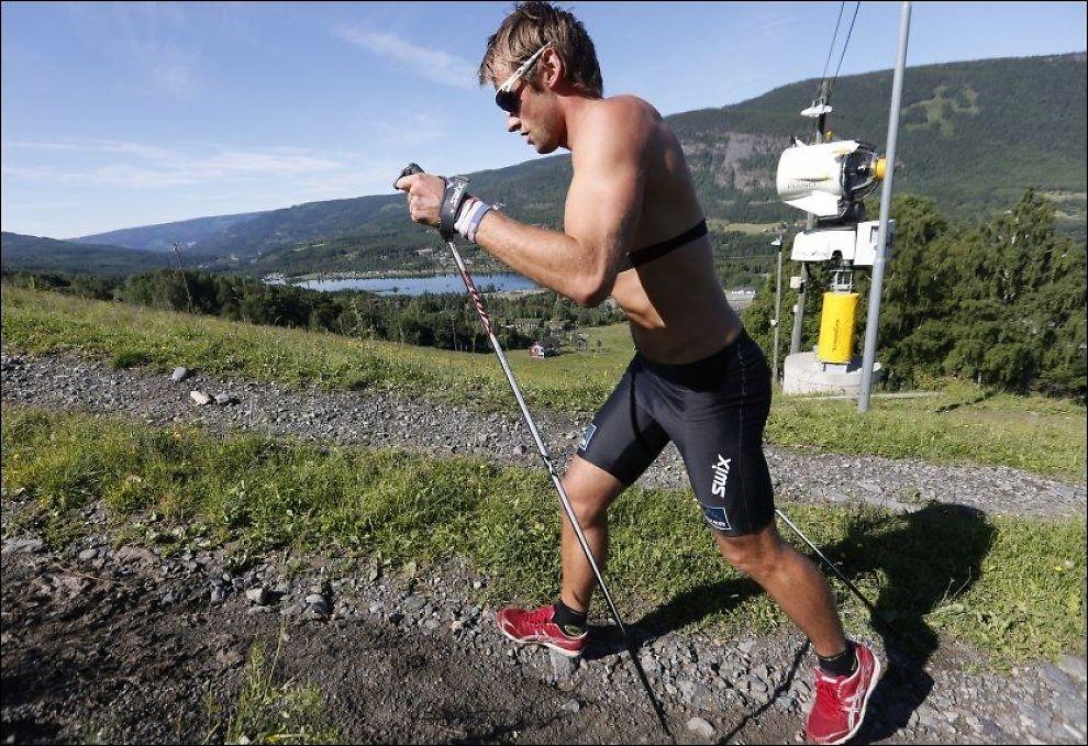TRENER: På landslagssamling tirsdag denne uken løp Petter Northug jr. opp alpinbakken på Hafjell i Øyer. Senere samme dag skrev han under en ny kontrakt med Norges Skiforbund. Foto: NTB Scanpix/ Terje Bendiksby