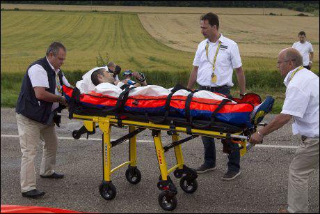 EXIT: Wouter Poels ble kjørt bort i ambulanse. Og dermed var Touren over for nederlenderen. Foto: AFP
