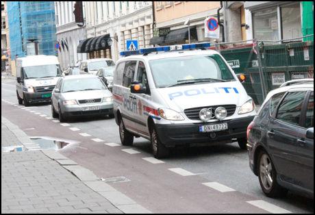 PATRULJERER: Politiet er tungt til stede i området rundt Oslo S. Stadig vekk kjører politipatruljer gjennom Skippergaten, der mange av Oslos rusmisbrukere oppholder seg. Foto: Bjørn-Martin Nordby/VG
