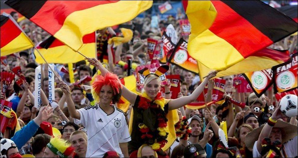 TYSKE FANS: Her gjør tyske fans seg klare til semifinalen mot Italia. Underveis og etter kampen var ikke stemningen like lystig. Foto: Carsten Koall, Afp