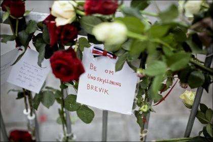 BLOMSTER: Utenfor Oslo Tinghus ble det lagt ned mye roser udner rettssaken mot terrortiltalte Anders Behring Breivik. Foto: Krister Sørbø/VG