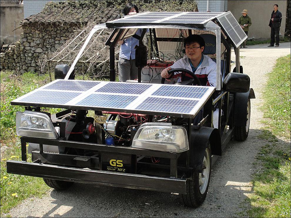 BLID SOM EN SOL: Under solceller og i et forholdsvis hjemmesnekret chassis kjører Zhu Zhenlin i sin egenproduserte bil. Foto: Zuma Press