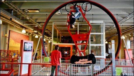 TESTER G-KREFTENE: Astri Merete Andersen kjenner G-kreftene på kroppen når hun tråkker seg rundt i den 360 graders sykkel-loopen. Foto: Gøran Bohlin
