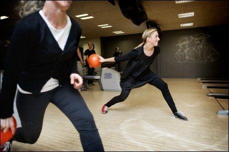 SPILLER MYE: Bowlingjentene Michala Kjærsgaard Jensen og Laura Janusoniene er ofte å se på Action House. Foto: Gøran Bohlin