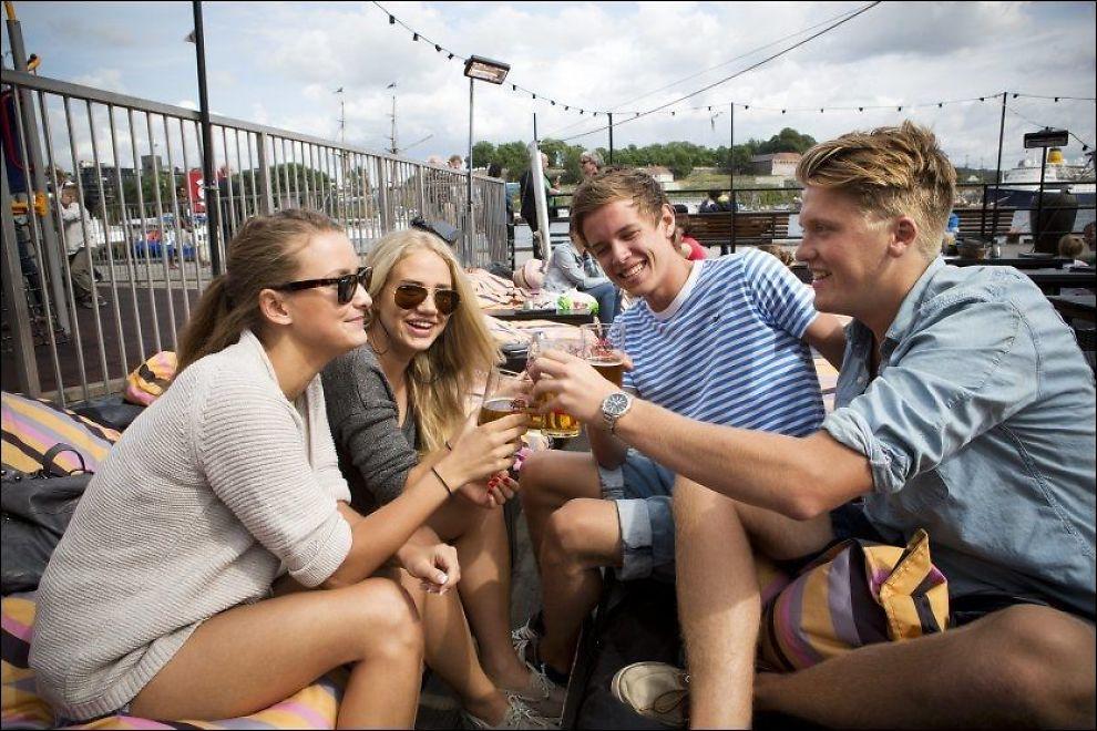 UTEPILS: Den er ikke alkoholfri, ølen som Camilla Strømberg (19), Jenny Aakvik (19), Marcus Snefjellå (18) og Brage Guttormsen (18) koser seg med på Aker Brygge. De har alle smakt alkoholfritt øl før, og synes det smaker godt, men påpeker at det ikke er en «ungdomsgreie». Foto: Terje Bringedal