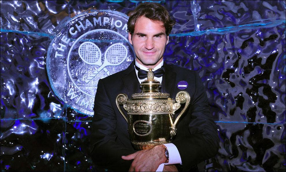 ENEREN: Roger Federer poserte med Wimbledon-pokalen i London i går kveld. Etter to år er han også tilbake på toppen av verdensrankingen. Foto: PA
