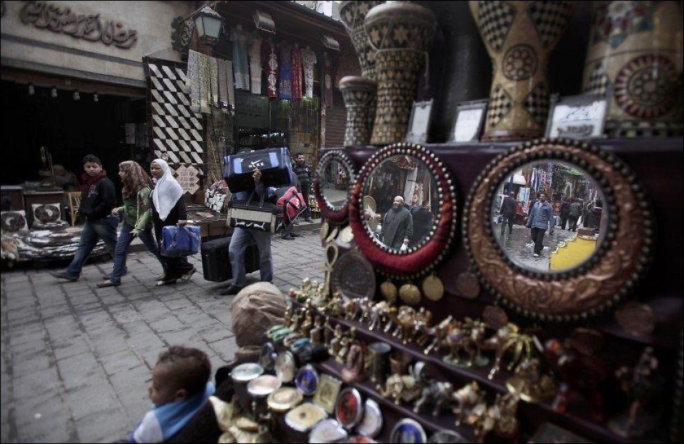 MARKED FOR PROBLEMER: En norsk kvinne som kjøpte en billig dolk på marked i Egypt, fikk erfare at det kan by på trøbbel: Tollerne hevdet at dolken er en antikvitet og følgelig ulovlig å føre ut av landet. Bildet viser et marked i Kairo. Foto: AP