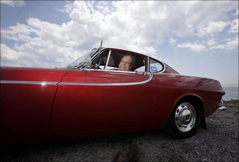 GLIS: Irvin Gordon koser seg skikkelig når han sitter bak rattet i sin kjære Volvo P1800. Foto: AP