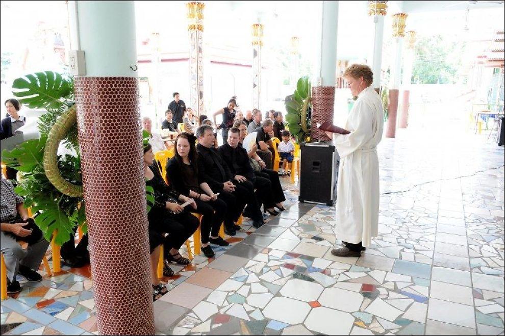 MINNESTUND: Sjømannskirkens diakon Hans Kristian Havgard holder minnestund etter dødsfall i et buddhistisk tempel i Pattaya i Thailand i fjor. Foto: ØYVIND SÆTHRE, Sjømannskirken
