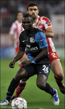 SCORET IKKE: Emmanuel Frimpong, her i duell med Olympiakos-spiller Giannis Maniatis, scoret ikke da Arsenal tapte 1-3 i Champions League-oppgjøret i desember. Foto: AFP