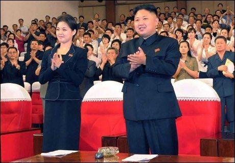 GODT HUMØR: Her er Kim Jong-un sammen med den uidentifiserte kvinnen på en konsert 6. juli. Foto: AFP