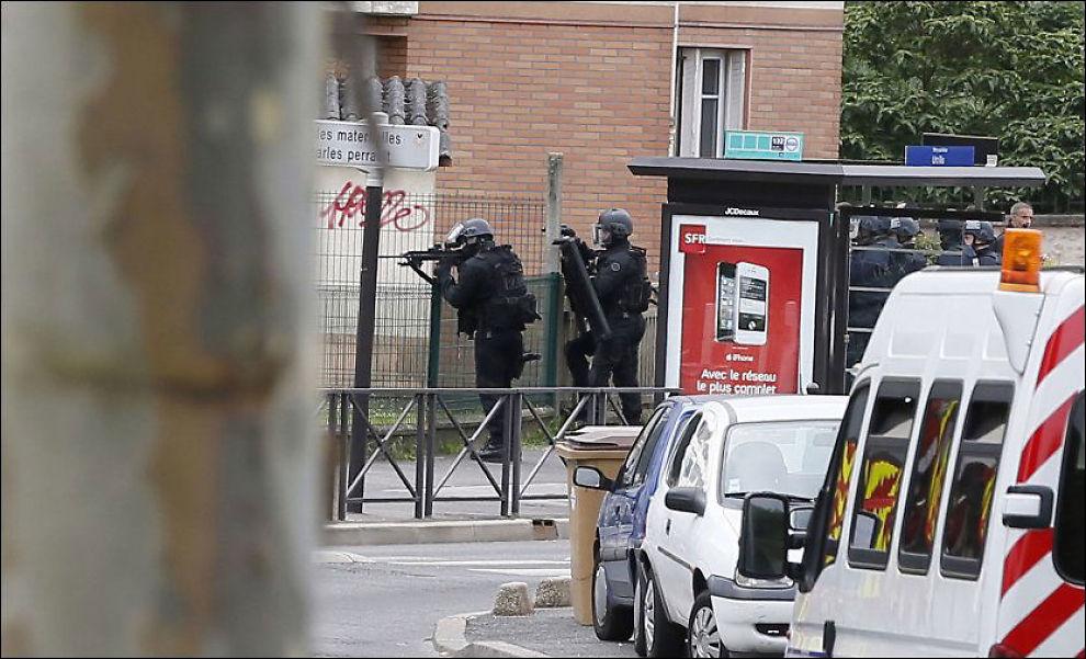 I SIKKERHET: Store politistyrker ble sendt til skolen etter melding om gisselsituasjon. Foto: AFP PHOTO / Kenzo TRIBOUILLARD/ NTB SCANPIX