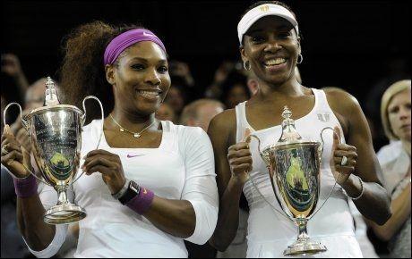 DOBBELVINNER: Serena Williams vant ikke bare årets single-finale i Wimbledon, hun vant også double i lag med den eldre søsteren Venus. Foto: PA Photos/ Rebecca Naden