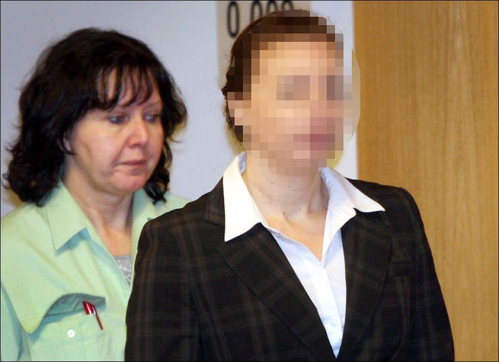DØMT: Den tyske anestesilegen Lydia K. føres inn i retten av en rettsbetjent etter å ha gitt sin 50 år eldre ektemann en morfininjeksjon tilsvarende 20 ganger dødlig dose. Foto: Henning Kaiser /DPA
