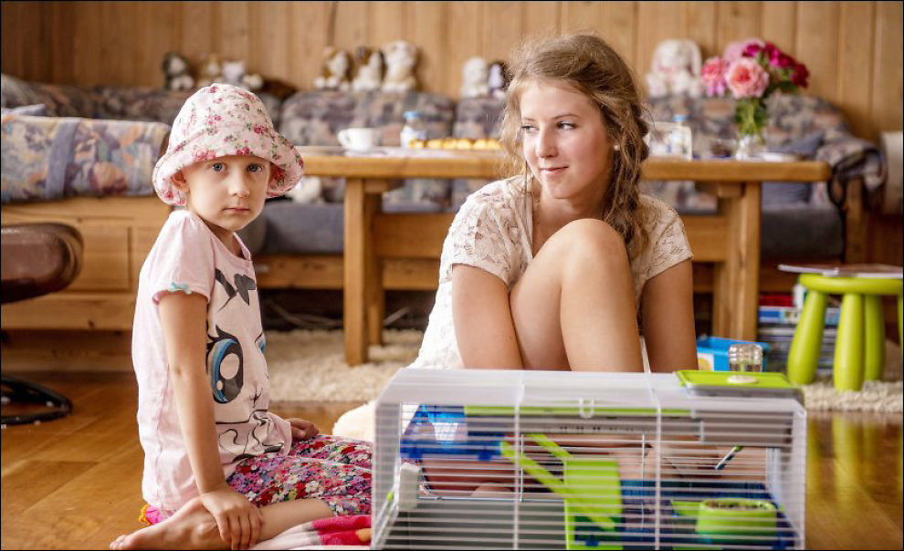 SØSTRE: Natalia (5) og Emilie (13) hjemme i stuen. Foto: Kristian Helgesen
