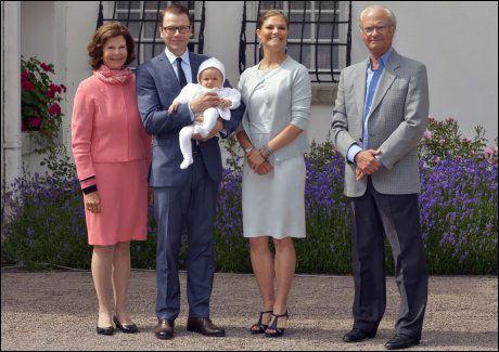 FAMILIEN SAMLET: Dronning Silvia, prins Daniel med Estelle på armen, bursdagsbarnet og Kong Carl Gustaf på plassen foran sommerboligen. Foto: Afp