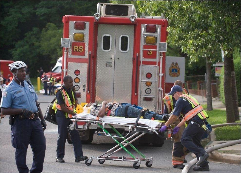 DYRT UTEN FORSIKRING: En pasient hjelpes inn i ambulansen etter en ulykke i USA. Foto: AFP