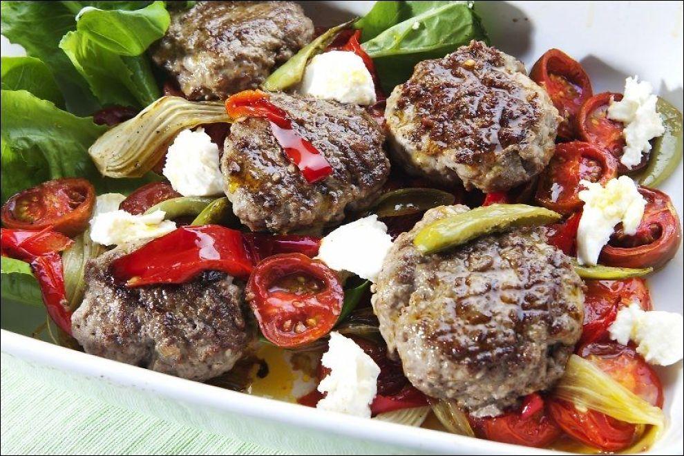 RØDT OG GODT: Tid for tomater i alle farger og fasonger - sammen med nygrillede lammeburgere. Foto: Magnar Kirknes