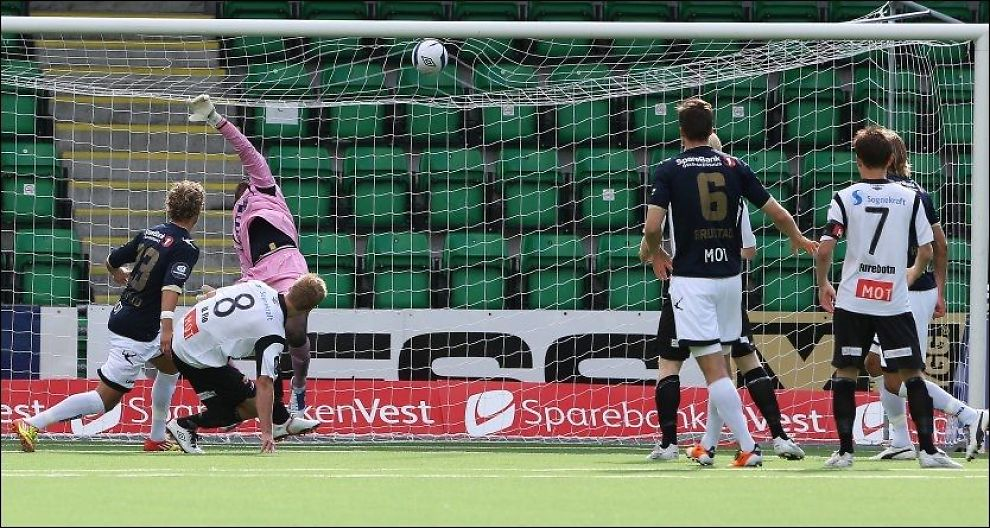 DOMINERTE: Ulrik Flo scorer 1-0-målet mot Stabæk i dag. Foto: NTB Scanpix