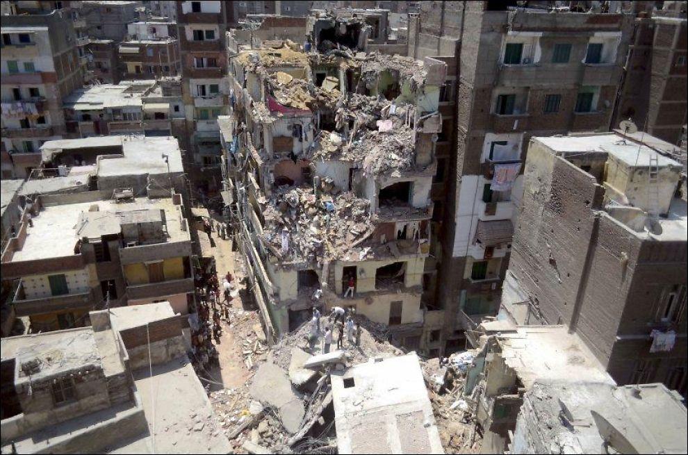 KOLLAPSET: Redningsarbeiderne leter fortsatt etter overlevende i ruinene etter bygningskollapsen. Foto: Tarek Fawzy, Ap, NTB Scanpix