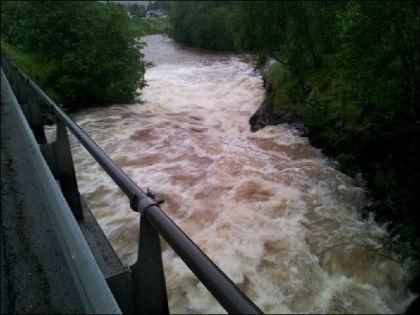 OVER SINE BREDDER: I Målselva i Troms fylke steg vannet kraftig lørdag. Foto: Odd T. Johansen