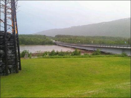 TAKELVA: Også i Takelva i Troms har vannet steget dramatisk. Foto: Odd T. Johansen