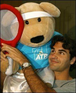FORBILDE: Federer leker med «Feder-Bear», en figur lansert i 2006, i forbindelse med arbeidet hans som UNICEF-ambassadør. Foto: AFP