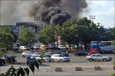 STOR EKSPLOSJON: Bildet viser røyken som stiger over flyplassen Burgas onsdag. Minst tre mennesker er drept og mer enn 20 såret etter en turistbuss eksploderte. Foto: AFP