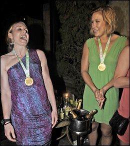 FESTLIG, MEN ANSTENDIG: Karoline Dyhre Breivang og Marit Malm Frafjord feirer VM-gullet i 2011. Foto: Foto: Bjørn S. Delebekk / VG
