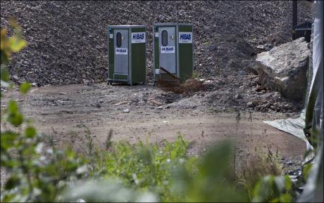 TOALETTER: Mandag morgen fikk romfolket som har satt opp leiren sin på Årvoll tilgang til toaletter. Naboer hevder de griser til hele området. Foto: Anette Karlsen, NTB Scanpix