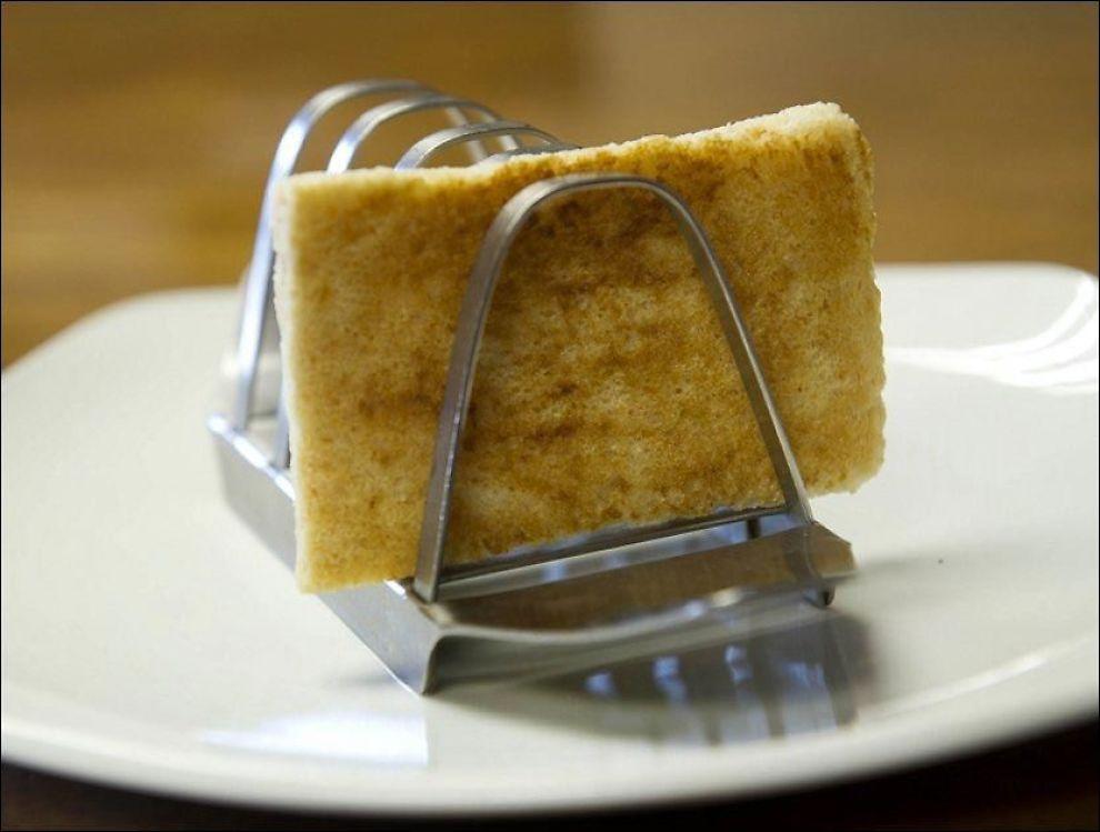 DYR FROKOST: Dette stykket ristet brød ble servert for prins Charles dagen han giftet seg med Lady Diana Spencer. Nå er det solgt på auksjon. Foto: Hanson's Auctioneers / Reuters / NTB scanpix