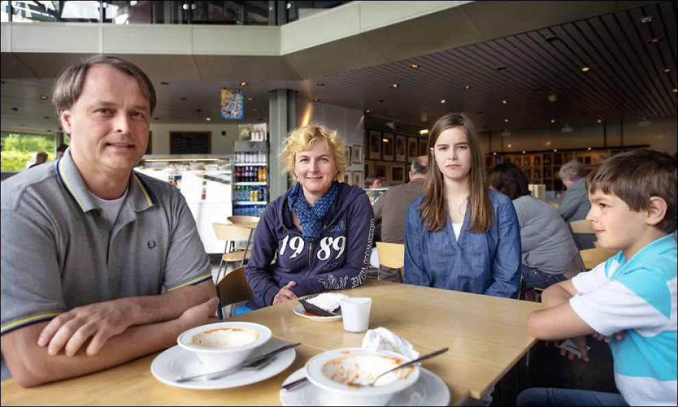 ØKONOMISK SKREKK: Familien Bresson fra Nederland; Jean-Louis (41), Antoinette (43), Maiceline (13) og Philippe (11), spiste tomatsuppe til 79 kroner på Cafè Edvard Munch torsdag. Foto: KRISTIAN HELGESEN / VG