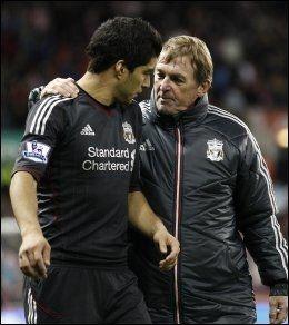 STØTTET SUAREZ: Alex Ferguson mener Kenny Dalglish massive støtte av Luis Suarez var en av grunnene til at han nå er ferdig i Liverpool. Foto: Ap