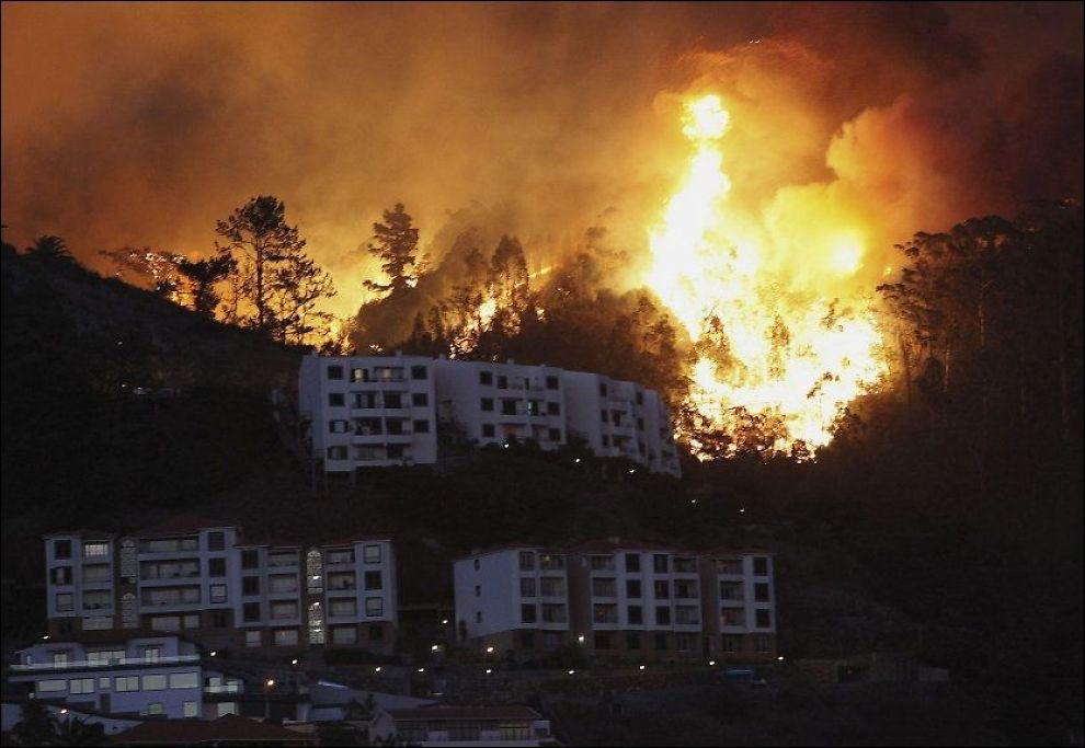 FARETRUENDE: Flammene nærmet seg torsdag utkanten av den populære feriebyen Funchal på Madeira. Foto: Reuters / NTB scanpix