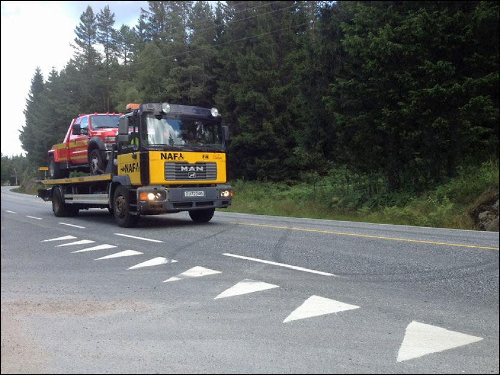 REDDET: Her har NAF hentet Viking etter punkteringen. Flere stoppet opp langs veien for å ta bilder, se og le av redningen. Foto: Silje Dragsund Aase/VG tips