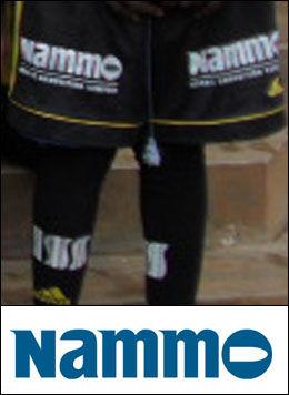 VÅPENLOGO: Fotballshortsene har logoen til våpenprodusenten Nammo, med en kule innfelt i bokstaven O. Foto: Jan Reidem