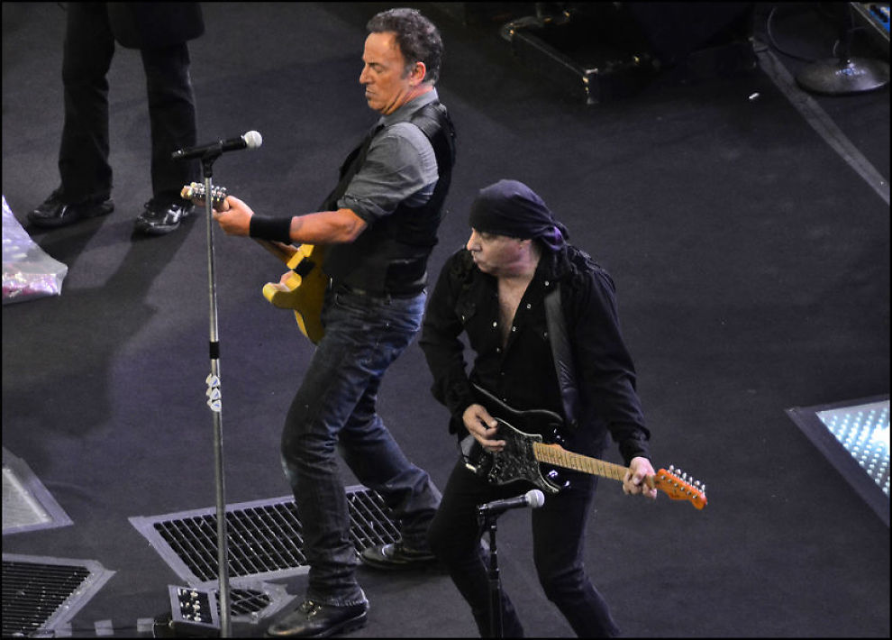 RADARPAR: Bruce Springsteen og gitarist Steven Van Zandt åpnet forrykende under konserten i Bergen mandag kveld. Foto: HILDE MESICS KLEVEN/VG