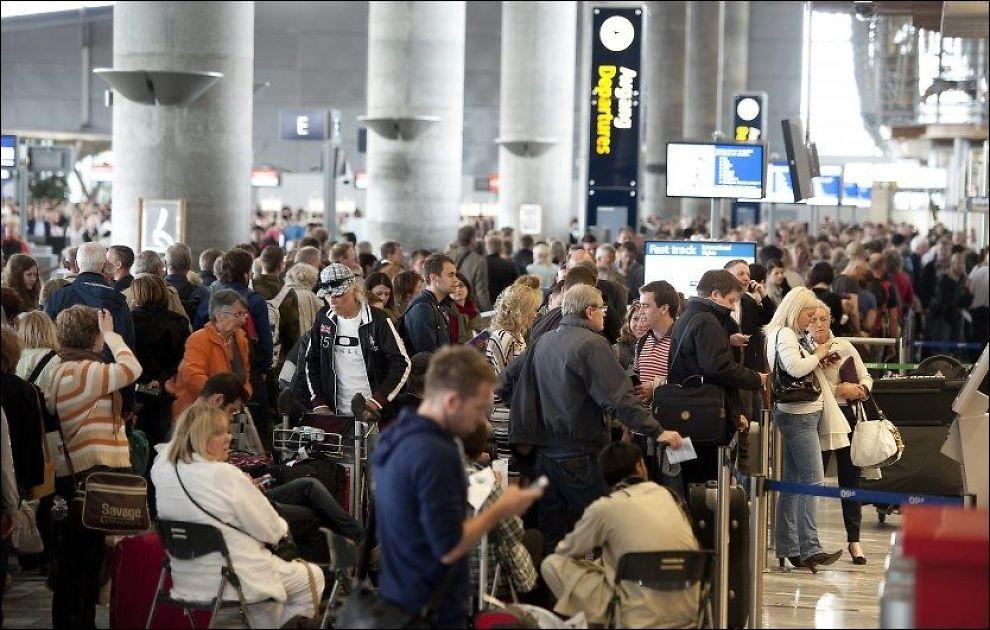 RISIKO: Booker du ikke gjennomgående billetter risikerer du å måtte betale for eventuelle tap ved flyforsinkelser og streiker av egen lommebok. Bildet viser lange køer under vekterstreiken juni i år. Foto: ESPEN BRAATA / VG