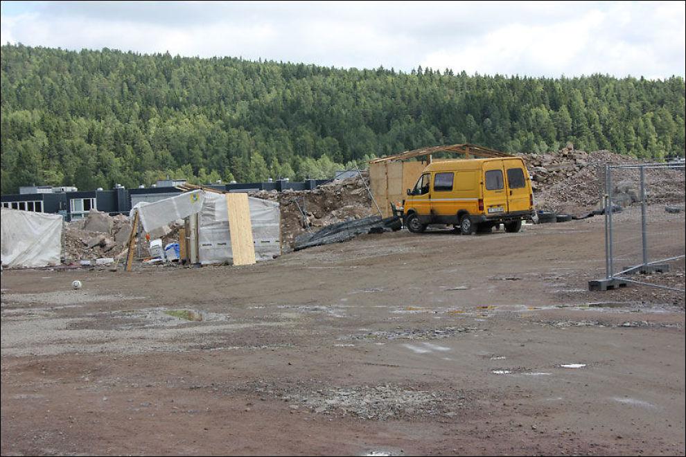 KUN EN BIL: Tirsdag ettermiddag var dette det eneste som var igjen av romleiren på Årvoll. Nå ønsker romfolket seg en ny plass å bo. Foto: SINDRE MURTNES / VG
