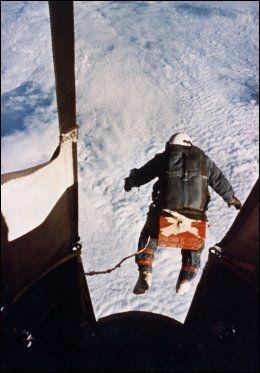 REKORDEN: Her hopper Joe Kittinger fra 102.800 fot i 1960. Først 52 år senere ser rekorden ut til å bli tatt fra ham. Foto: AP