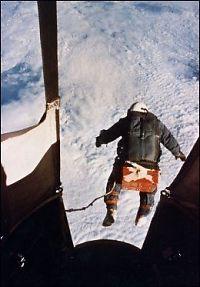 Se opp! Her hopper han fra 29.000 meter
