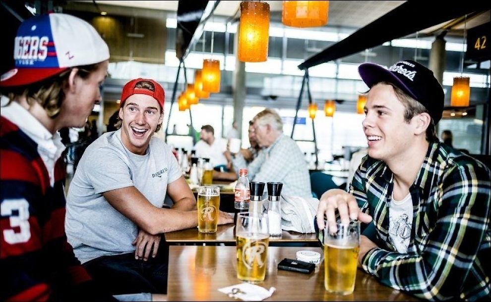 FEIRINGSØL: Petter Tjønnøe Hagevik (22), Kristoffer Lindberg (22) og Fredrik Tjønnø (23) slukket øltørsten klokken 06.00 på Gardermoen før avreise til Hellas. Foto: Krister Sørbø