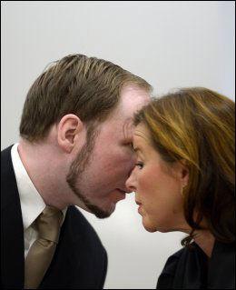 FORSVARER: Vibeke Hein Bæra er Breiviks forsvarer. Her snakker de to sammen i sal 250 under hovedforhandlingen i Oslo tingrett. Foto: Helge Mikalsen