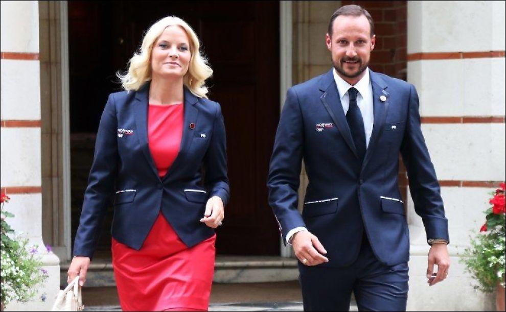 I NORSKE FARGER: Kronprins Haakon og kronprinsesse Mette-Marit har begge på seg jakker fra den norske OL-kolleksjonen i London. Foto: Scanpix