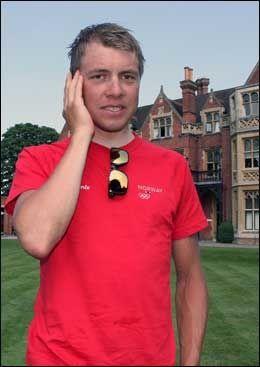 KAPTEIN: Edvald Boasson Hagen tok unna noen telefonintervjuer etter at de tilstedeværende pressefolkene, som VG Nett, hadde snakket med sykkelstjernen under gårsdagens pressetreff. Foto: Øyvind Brenne