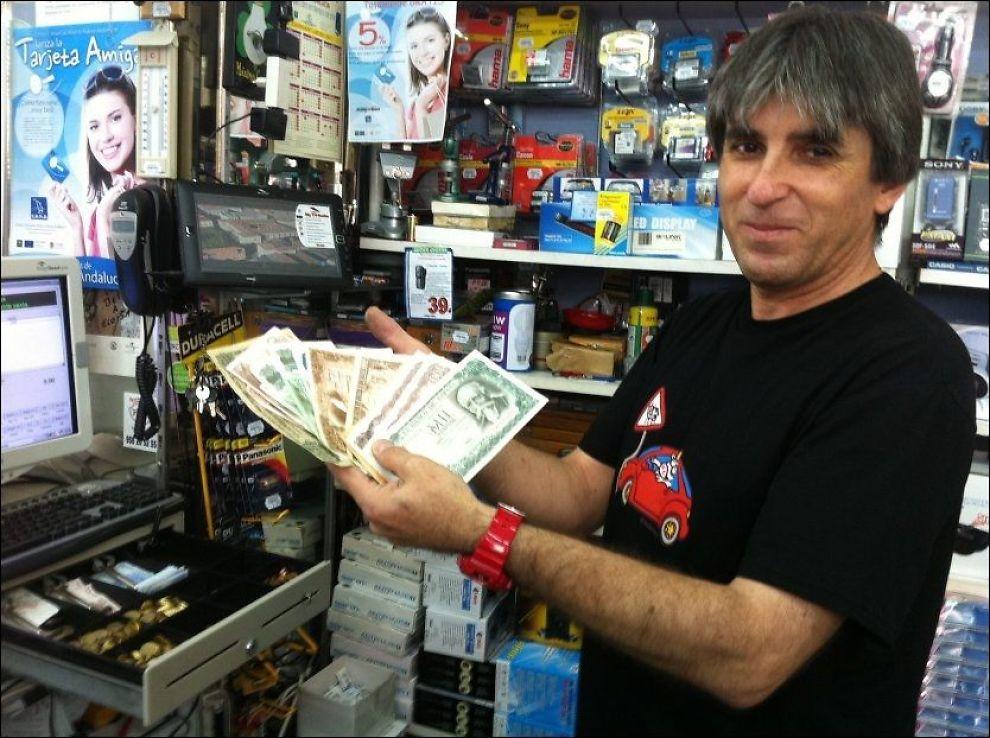 KASSEN FULL: Butikkeier Salvador Asensio har kassaapparatet fullt av pesetassedler, for selv folk som ikke har penger, finner alltid noen gamle, utgåtte slanter på loftet.Foto: JON MAGNUS