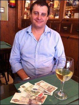 GOD IDÉ: Rafael Rueda klekket ut pesetas-initiativet, og millionene strømmer inn. Man kan spise godt og drikke mye for noe skarve pesetas. Foto: JON MAGNUS
