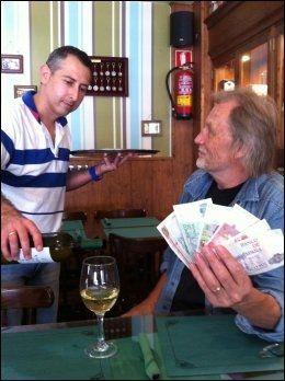 FRA SKOESKEN: VGs Jon Magnus tømte en eske med pesetas på loftet, dro til Spania - og levde som en greve. Og kaféeier Julio Martin skjenker gjerne. Foto: JON MAGNUS