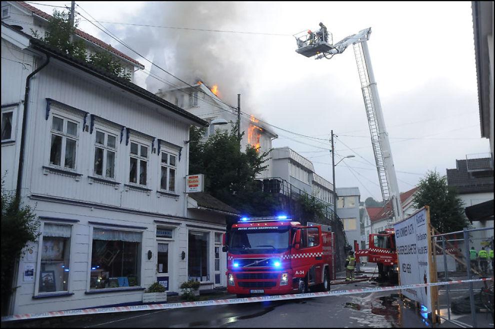 OVERTENT: Trehuset i sentrum av Tvedestrand ble overtent i brannen. Foto: Øystein K. Darbo / Tvedestrandsposten
