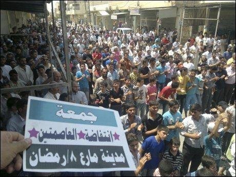 DEMONSTRERTE: Etter fredagsbønnen i går ble det holdt store demonstrasjoner mot president Bashar al-Assad i den syriske byen Maraa, i nærheten av Aleppo. Foto: REUTERS